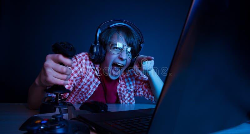 Эмоциональная видеоигра игры ребенк стоковое фото rf