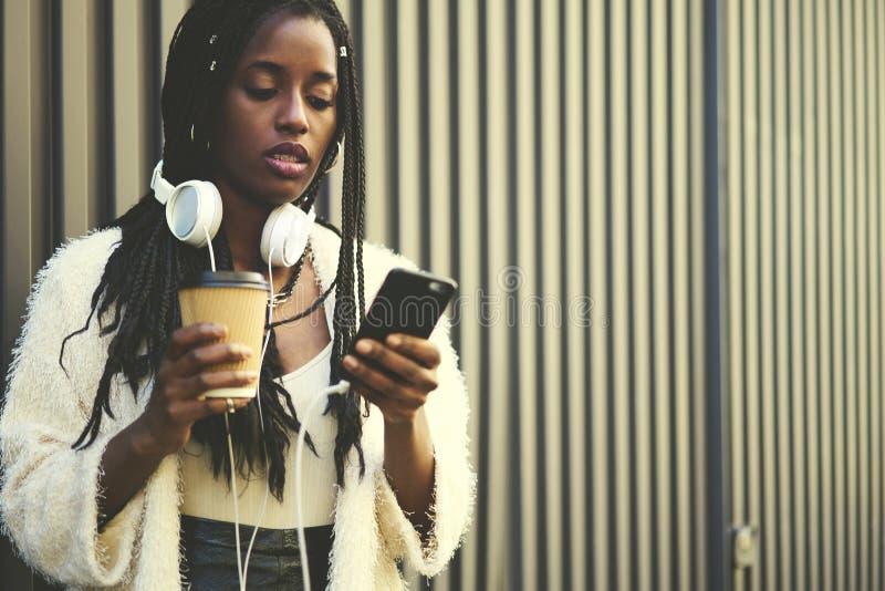 Эмоциональная красивая афро американская женщина стоя на выдвиженческой предпосылке для вашего текстового сообщения рекламы стоковое изображение