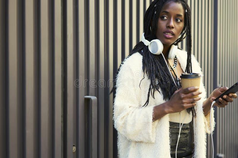 Эмоциональная красивая афро американская женщина стоковые изображения