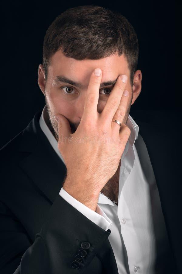 Эмоциональный жест человека в костюме стоковая фотография rf