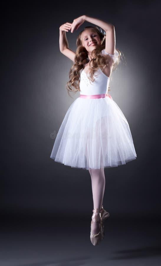 Эмоциональный молодой артист балета представляя в скачке стоковое фото rf
