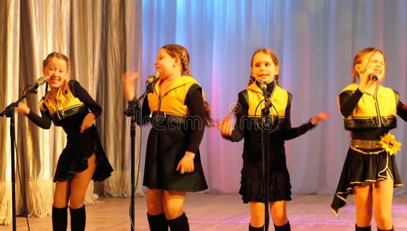 Эмоциональный петь детей стоковое фото rf