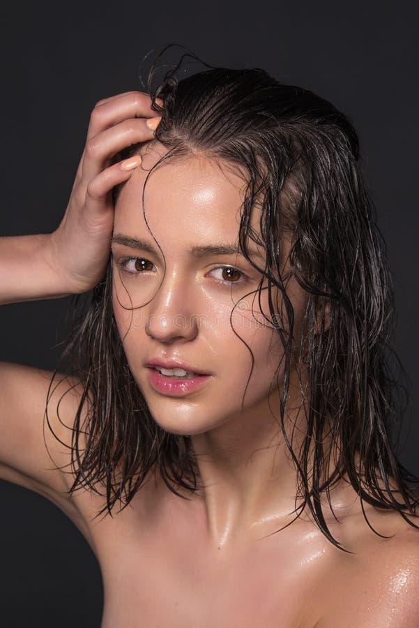Эмоциональный портрет моды красивых женщин с ярким составом Влажные волосы на ее стороне фото студии на черной предпосылке стоковое фото