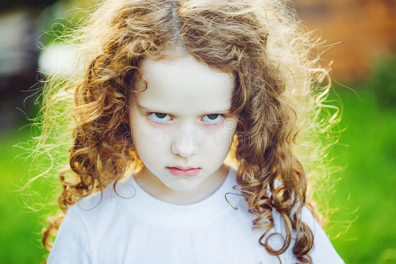 Эмоциональный ребенок с сердитым выражением на стороне стоковые изображения