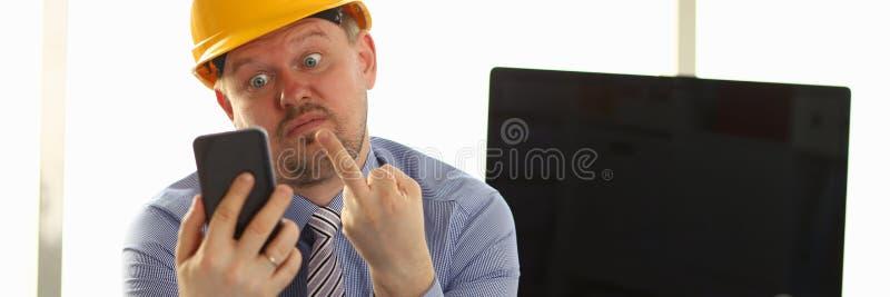Эмоция архитектора срочная на технической конторе стоковое изображение