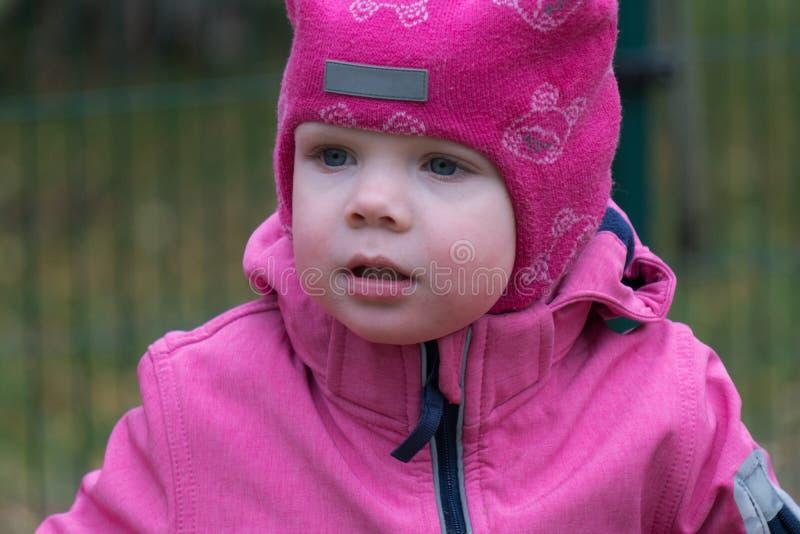 Эмоция ребенка на спортивной площадке во дне осени стоковая фотография