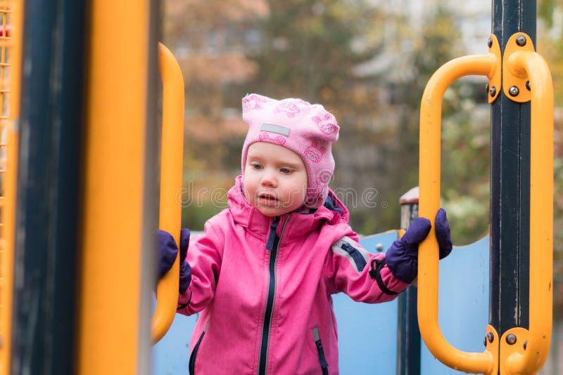 Эмоция ребенка на спортивной площадке во дне осени стоковые фото