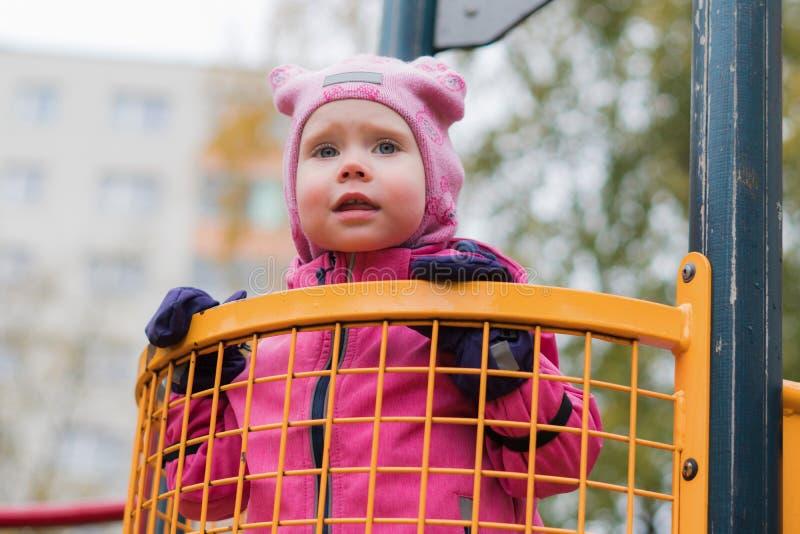 Эмоция ребенка на спортивной площадке во дне осени стоковое фото