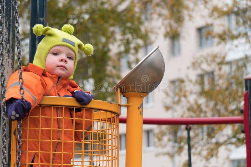 Эмоция ребенка на спортивной площадке во дне осени стоковые изображения rf