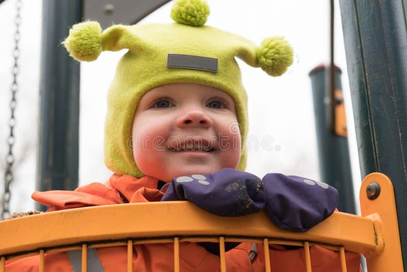 Эмоция ребенка на спортивной площадке во дне осени стоковое изображение rf