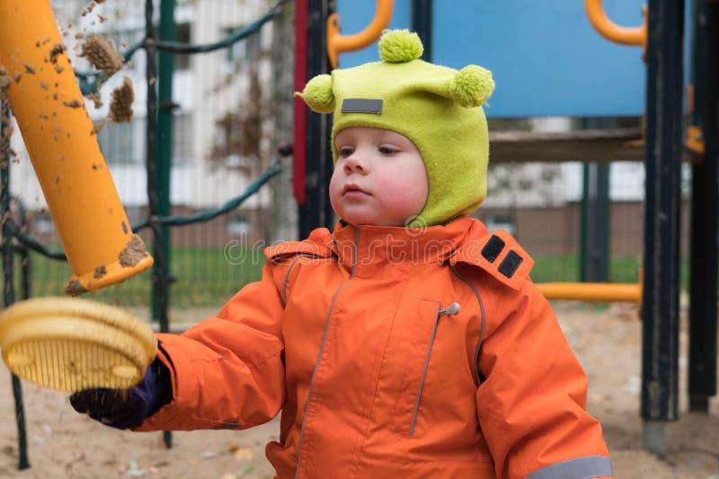 Эмоция ребенка на спортивной площадке во дне осени стоковые фотографии rf