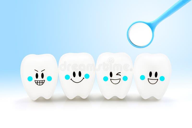 Эмоция улыбки зубов с зубоврачебным инструментом зеркала стоковое фото rf