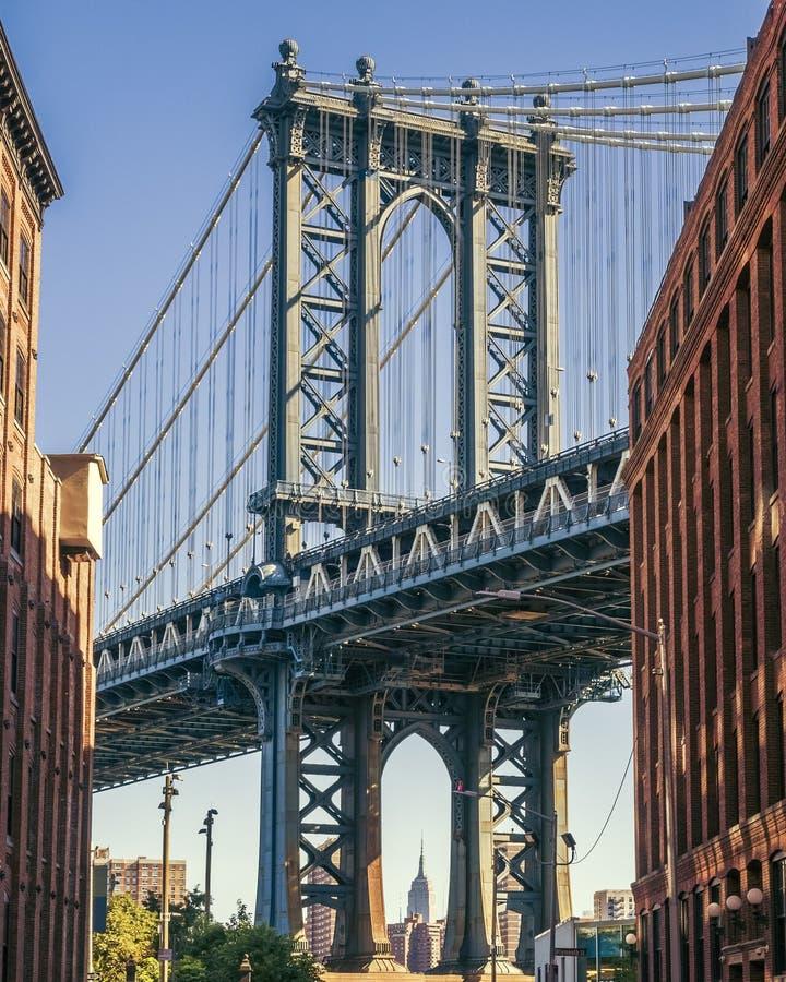 Эмпайр Стейт Билдинг через мост Манхаттана стоковые фотографии rf