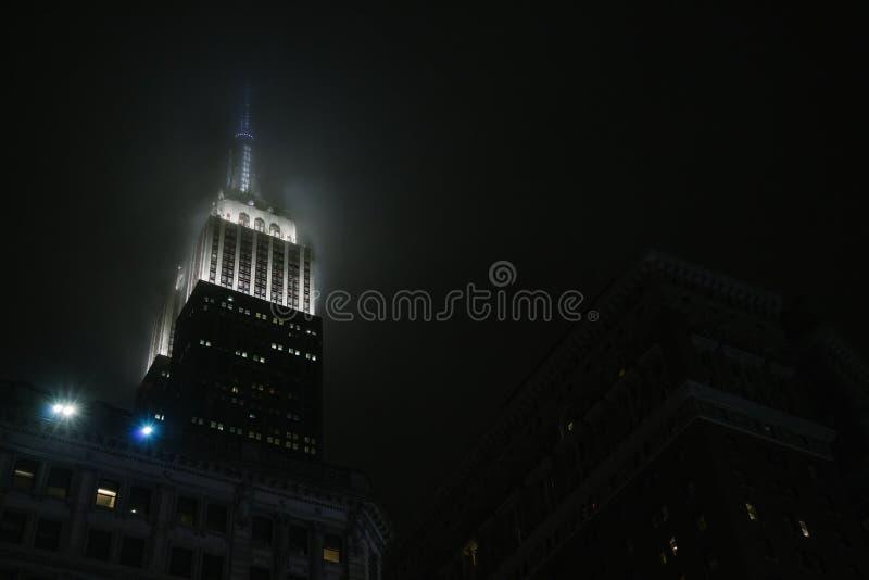 Эмпайр Стейт Билдинг в туманной ноче на Нью-Йорке стоковое фото rf