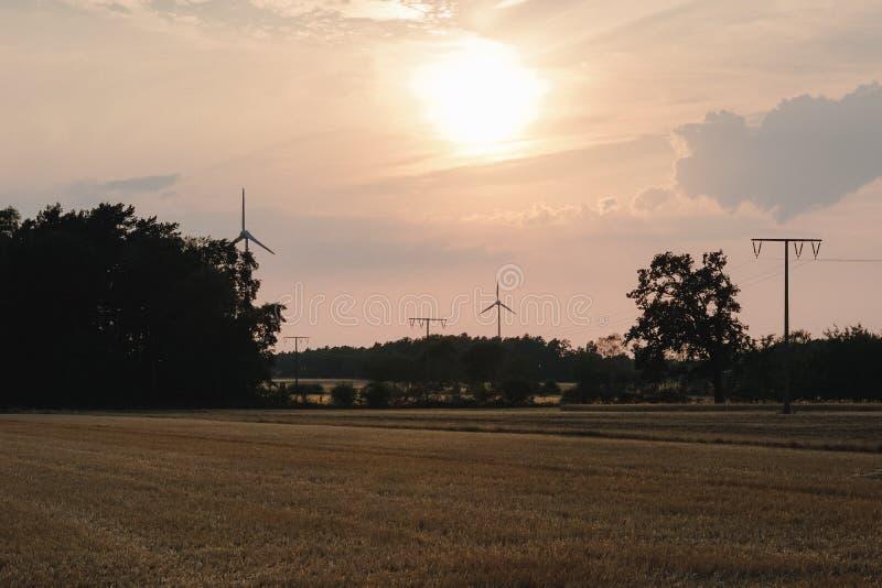 энергия силы eco идеи концепции ветротурбина на холме с заходом солнца стоковое фото