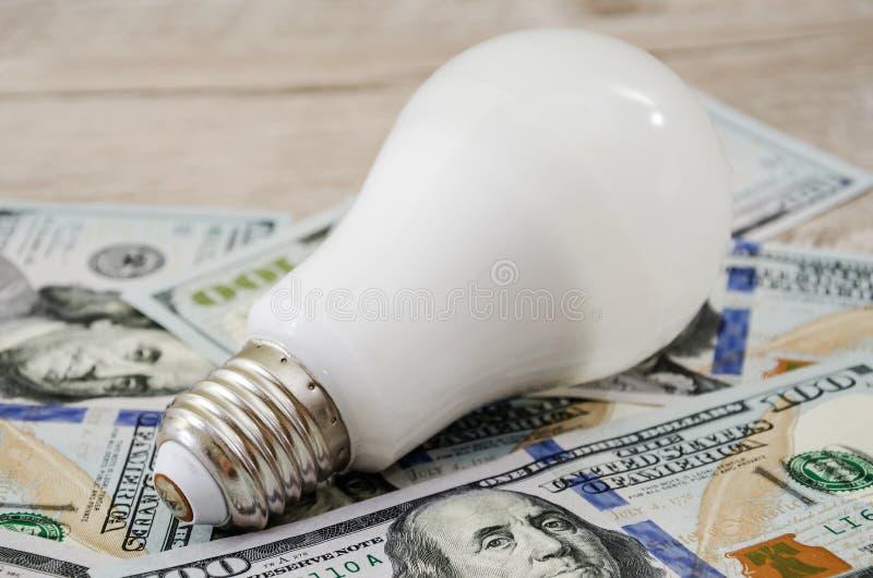 Энергосберегающий шарик на долларах стоковые фото