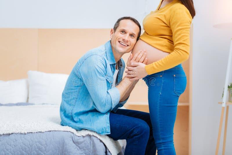 Энигматичные движения чувства мужск человека его младенца стоковое изображение rf