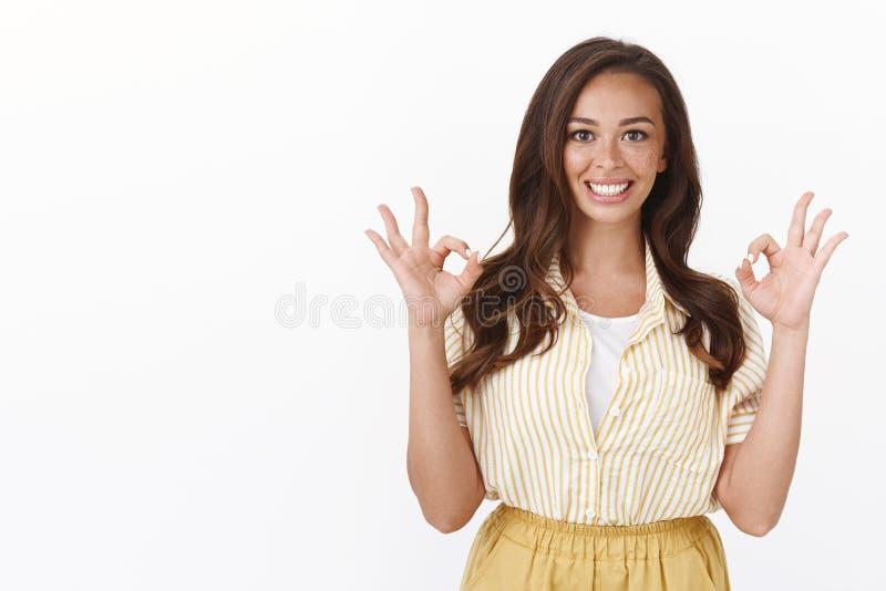 Энтузиастка показывает хорошо, хорошо жест, улыбаясь, чувствовать себя превосходно, рекомендуя продукт помог ей много, усмех стоковые изображения rf