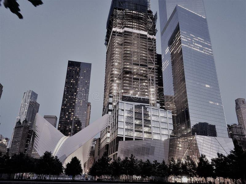 Эпицентр деятельности Westfield, Oculus и музей 9/11 транспорта станции WTC всемирного торгового центра, небоскребы позади Манхат стоковые изображения rf