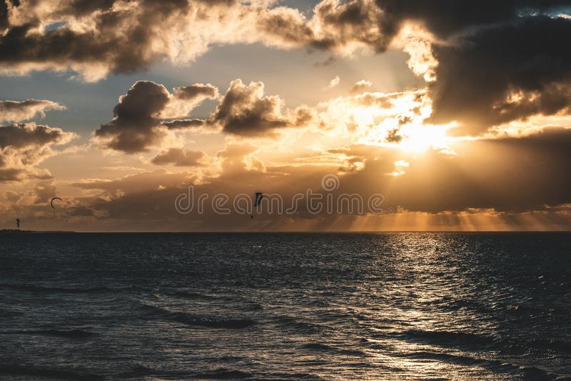 Эпичная панорама неба захода солнца Goeree-Overflakkee, Нидерланд, Brouwersdam стоковая фотография rf