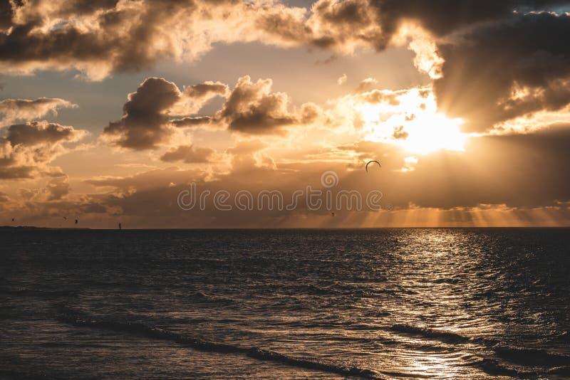 Эпичная панорама неба захода солнца Goeree-Overflakkee, Нидерланд, Brouwersdam стоковые изображения rf