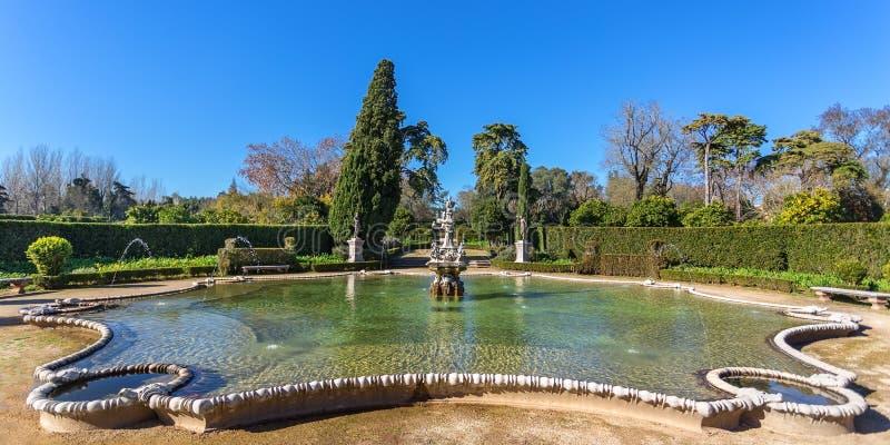 Эпоха уникально фонтана панорамы историческая Замок Queluz стоковые фото