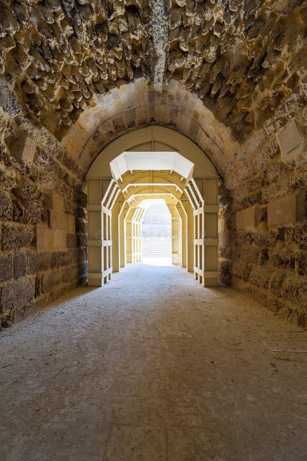 Эра Mamluk сдобрила камни прокладывает тоннель водить к больнице Bimaristan al-Muayyad старой, Каиру, Египту стоковые изображения rf