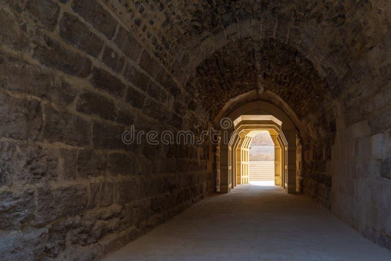 Эра Mamluk сдобрила тоннель камней водя к больнице Bimaristan al-Muayyad старой, Каиру, Египту стоковое изображение rf