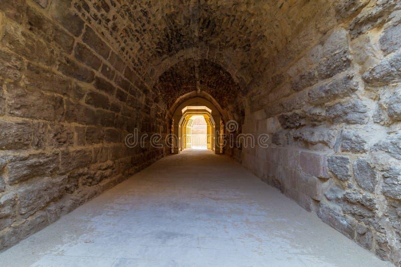 Эра Mamluk сдобрила тоннель камней водя к больнице Bimaristan al-Muayyad старой, Каиру, Египту стоковое фото rf