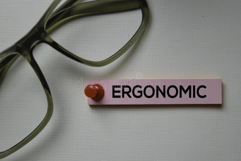 Эргономический текст на липких примечаниях изолированных на столе офиса стоковые изображения