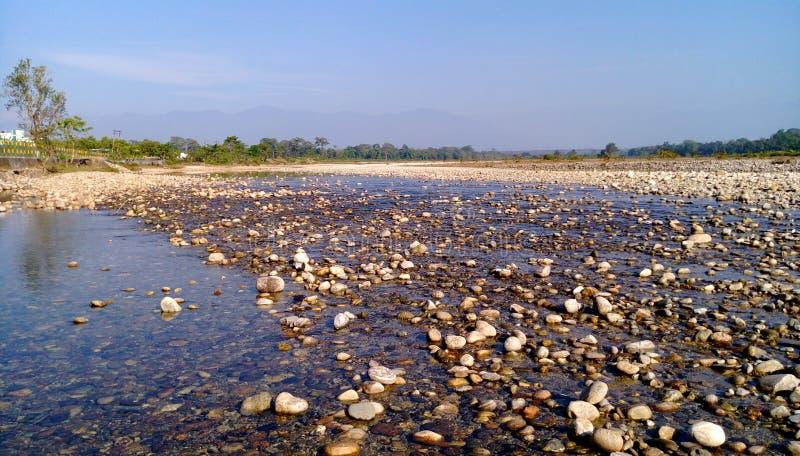 эрозионный камень в реке стоковые изображения rf