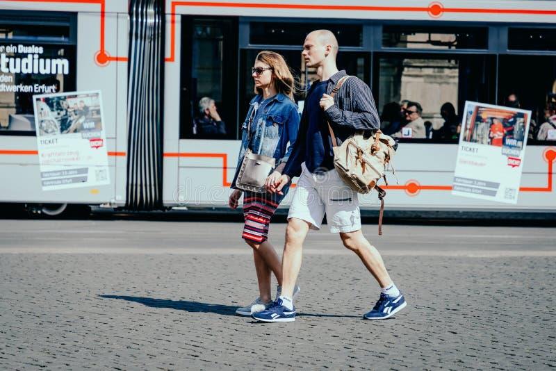Эрфурт, Германия r Романтичные молодые пары держа руку на предпосылке трамвая стоковые фотографии rf