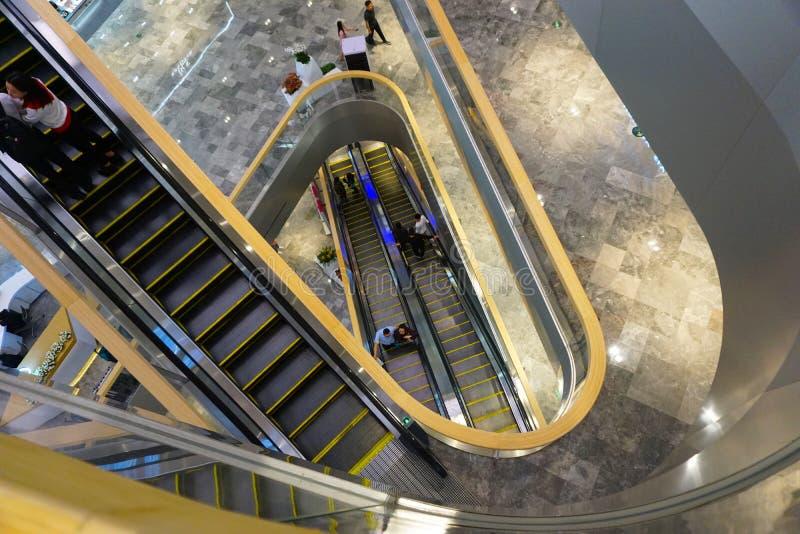 Эскалаторы в причудливом торговом центре в Китае стоковое фото rf