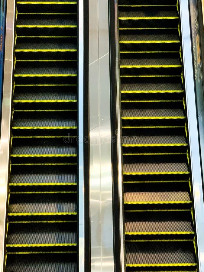 Эскалатор в предпосылке торгового центра стоковые фотографии rf