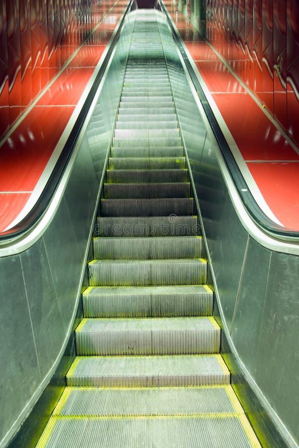 эскалатор идя вверх стоковое изображение