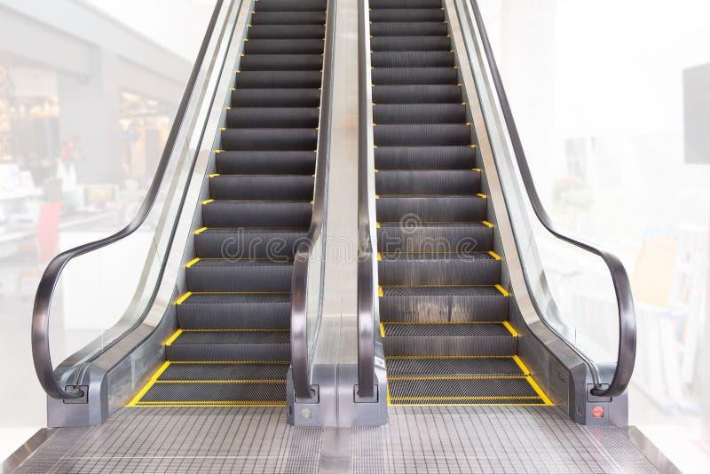 Эскалатор изолированный на белой предпосылке r эскалатор в станции метро стоковое изображение