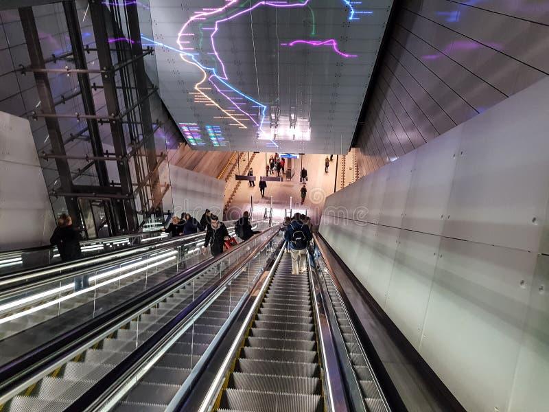 Эскалатор к станции метро стоковое изображение rf