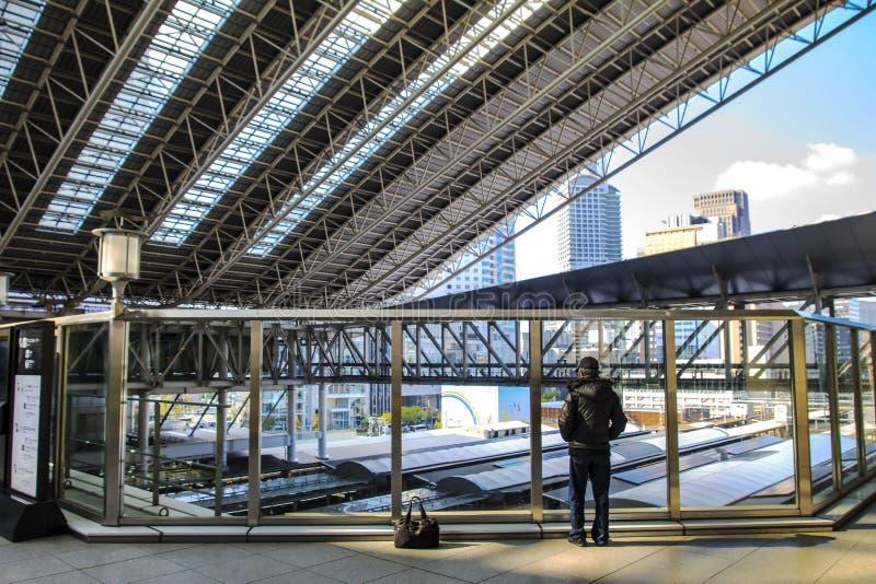 Эскалатор на станции Осака МЛАДШЕГО стоковые фото