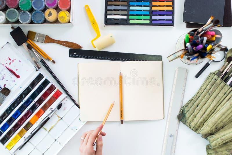 Эскиз чертежа художника графический на sketchbook Рабочее место, место для работы Фото взгляд сверху художнических инструментов л стоковые фотографии rf
