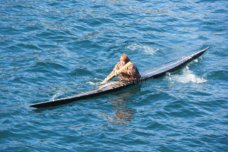 Эскимос делая эскимосский крен стоковые фотографии rf