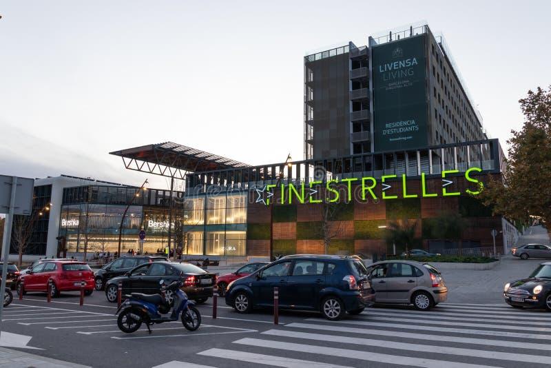 Эсплугес де Ллобрегат, Барселона / Испания - 28 ноября 2019 года: Вечерний вид на торговый центр Finestrelles стоковое изображение