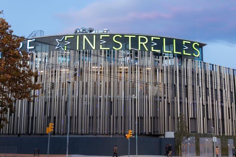 Эсплугес де Ллобрегат, Барселона / Испания - 28 ноября 2019 года: Вечерний вид на торговый центр Finestrelles стоковые фотографии rf