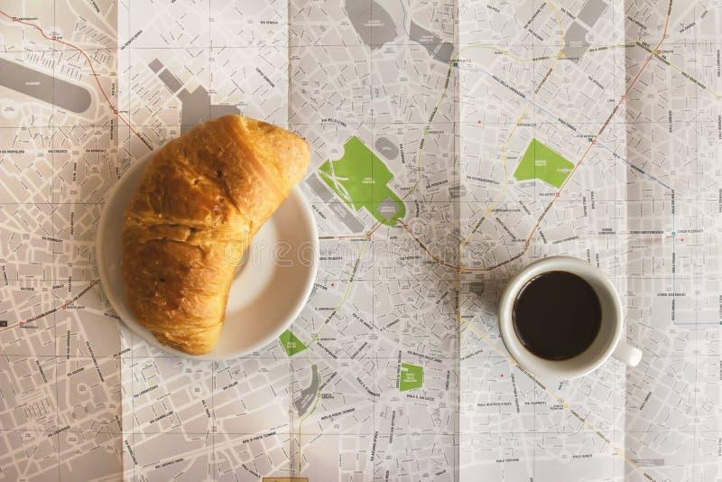 Эспрессо кофе и круассан бриоши на милане составляют карту стоковое изображение