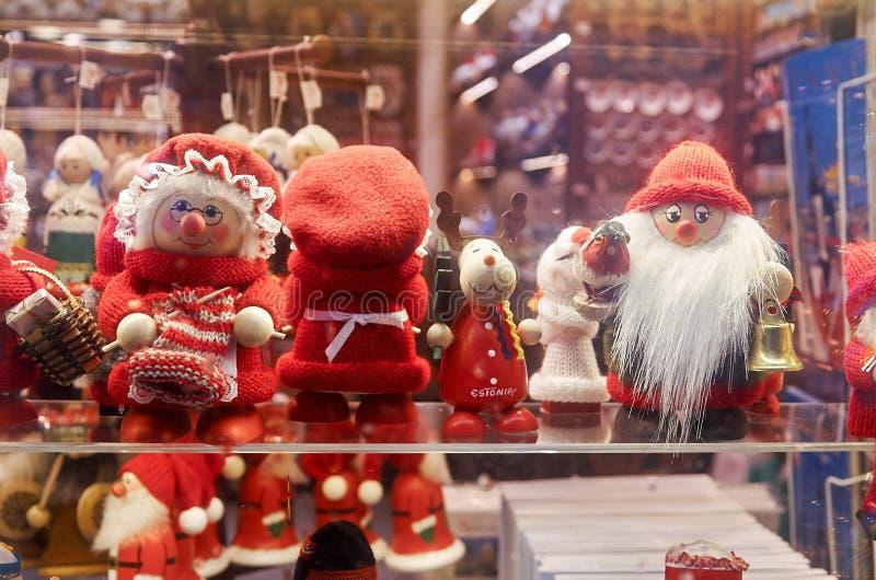 эстония Рождество забавляется в внешней витрине магазина в старом городке 2-ое января 2018 стоковая фотография rf