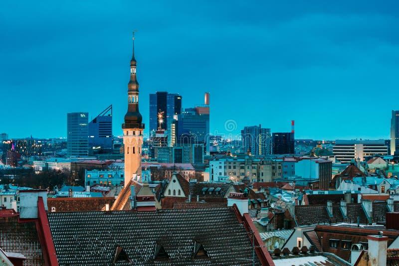 эстония tallinn Башня ратуши на предпосылке с современное городским стоковое фото rf