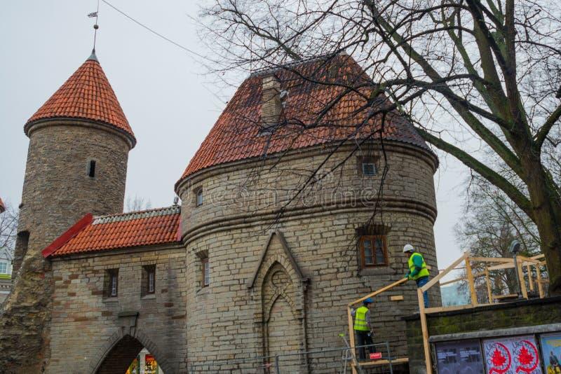 эстония tallinn Известные ворота Viru ориентира в уличном освещении старый городок Популярное touristic место стоковая фотография rf