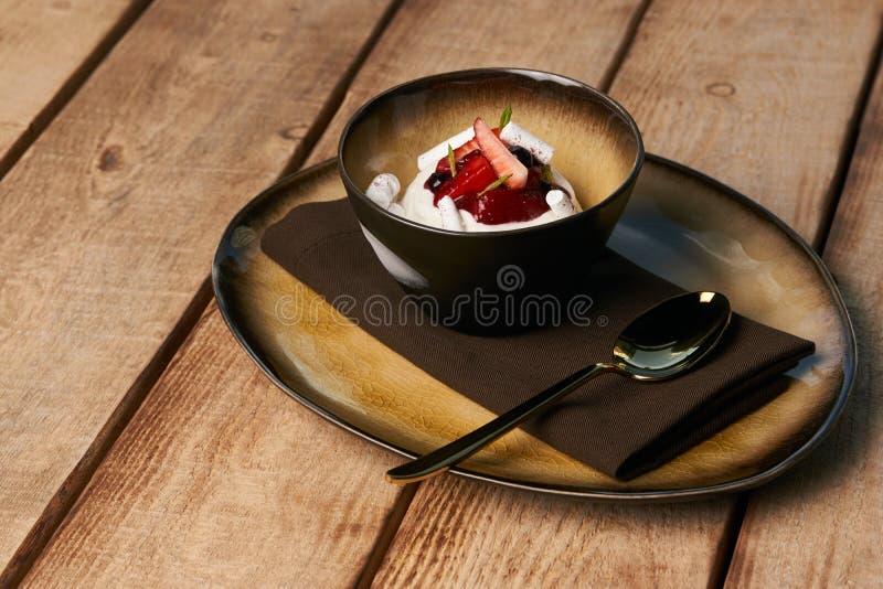 Эстонский сладкий десерт Kama с муссом йогурта, дикими ягодами стоковое фото