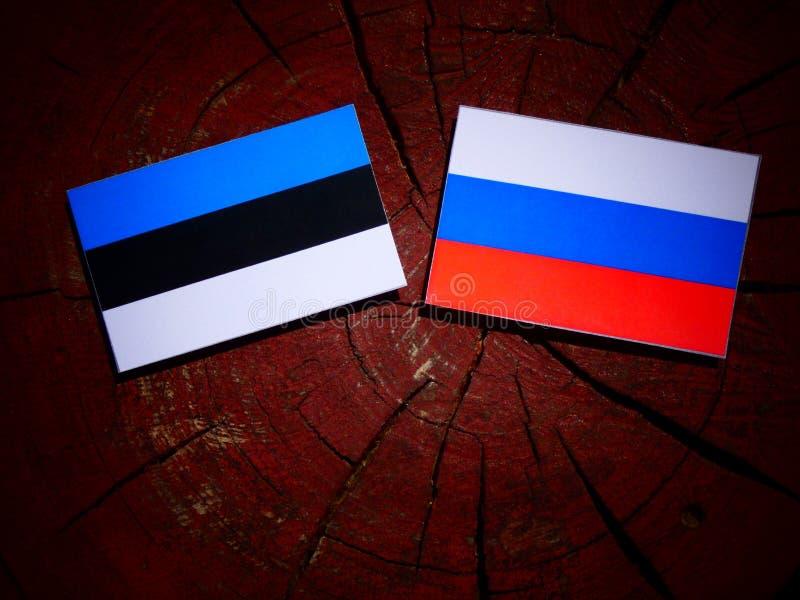 Эстонский флаг с русским флагом на пне дерева стоковое изображение rf