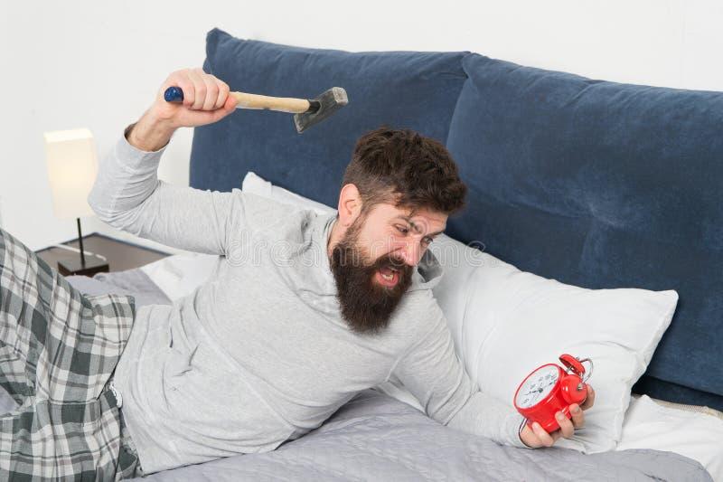 Этапы сна Несчастное человека бодрствующее со звенеть сигнала тревоги Спите более длиной E Хотя вы спите вы можете стоковое фото
