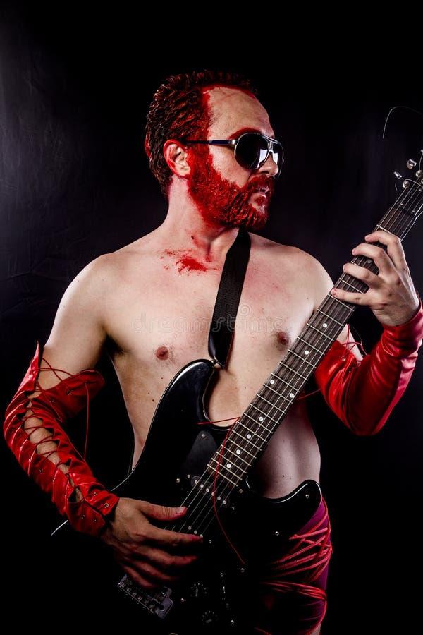 Этап, гитарист с чернотой электрической гитары стоковые фотографии rf